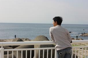 湘南の海で物思いに耽る男性の写真素材 [FYI01218067]