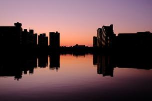 マジックアワーの川と建物の写真素材 [FYI01218659]