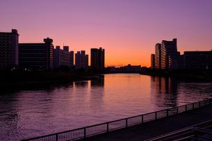 マジックアワーの川と建物の写真素材 [FYI01218799]