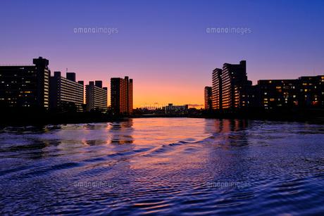 マジックアワーの川と建物の写真素材 [FYI01218803]