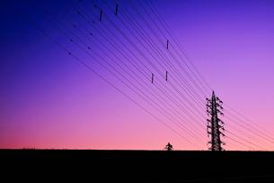 マジックアワーの鉄塔(自転車)の写真素材 [FYI01218817]