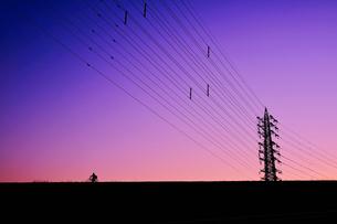 マジックアワーの鉄塔(自転車)の写真素材 [FYI01218818]