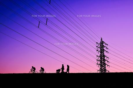 マジックアワーの鉄塔(ベビーカー・自転車)の写真素材 [FYI01218819]