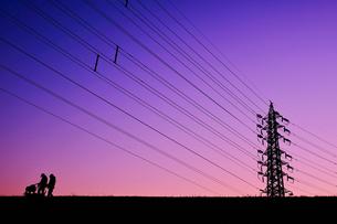 マジックアワーの鉄塔(ベビーカー)の写真素材 [FYI01218820]
