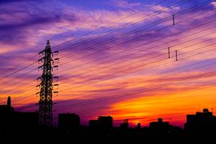 夕焼けと鉄塔の写真素材 [FYI01218829]