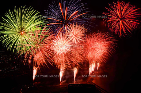 熱海城から見た花火の写真素材 [FYI01219325]