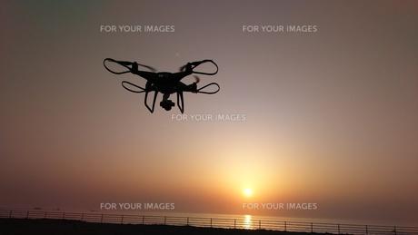朝陽に向かうドローンの写真素材 [FYI01219329]