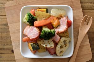 ベーコンと野菜のバジル炒めの写真素材 [FYI01219355]