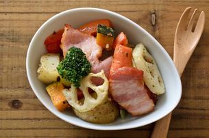 ベーコンと野菜のバジル炒めの写真素材 [FYI01219356]