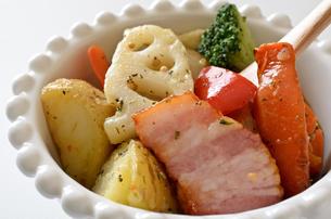 ベーコンと野菜のバジル炒めの写真素材 [FYI01219363]