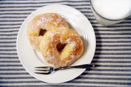 白い皿の上のドーナツとグラスに入ったミルクの写真素材 [FYI01219484]