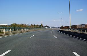 前を走る車がない空いた三車線国道の走行風景の写真素材 [FYI01219714]