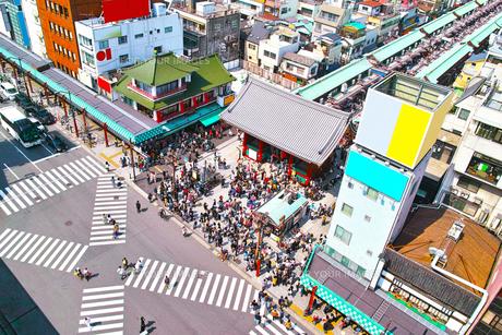 東京浅草、雷門前のスクランブル交差点の写真素材 [FYI01219822]