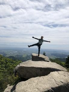バランス 登山の写真素材 [FYI01219994]