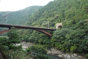保津峡トロッコ列車からの車窓風景(保津峡)の写真素材 [FYI01220183]