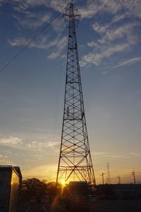 朝日と鉄塔の写真素材 [FYI01220332]
