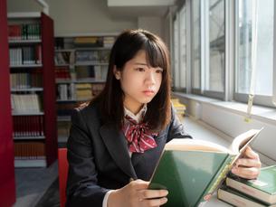 図書室の女子高校生の写真素材 [FYI01220682]
