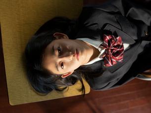 見上げる女子高校生の写真素材 [FYI01220686]