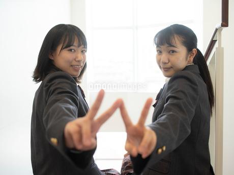 ピースサインをする2人の女子高校生の写真素材 [FYI01220700]
