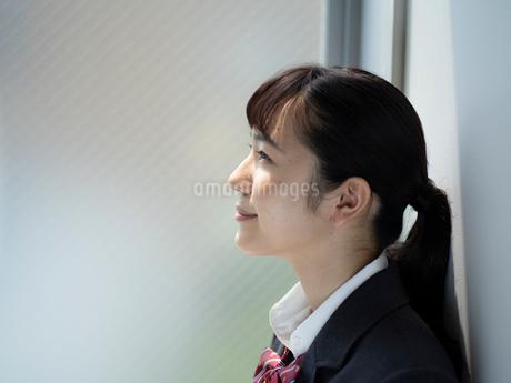 上を見上げる女子高校生の写真素材 [FYI01220705]