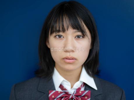 見つめる女子高校生の写真素材 [FYI01220707]