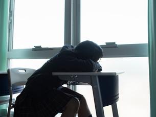 教室で居眠りする女子高校生の写真素材 [FYI01220712]