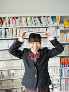 図書室の女子高校生の写真素材 [FYI01220721]
