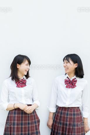 2人で笑い合う女子高校生の写真素材 [FYI01220731]