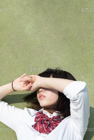 寝転ぶ女子高校生の写真素材 [FYI01220736]
