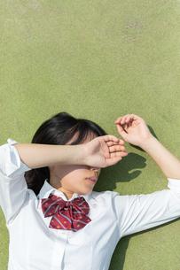 寝転ぶ女子高校生の写真素材 [FYI01220737]