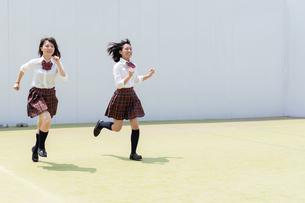 2人で走る女子高校生の写真素材 [FYI01220739]