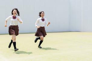 2人で走る女子高校生の写真素材 [FYI01220740]
