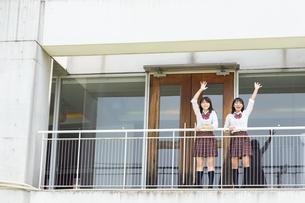 手を振る2人の女子高校生の写真素材 [FYI01220741]