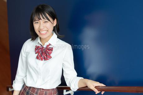 笑顔の女子高校生の写真素材 [FYI01220747]
