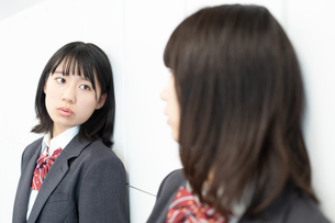 友達と会話をする女子高校生の写真素材 [FYI01220752]