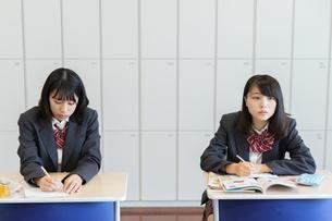 教室で授業を受ける2人の女子高校生の写真素材 [FYI01220753]