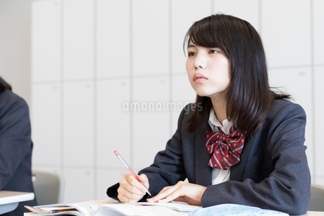 教室で授業を受ける女子高校生の写真素材 [FYI01220754]