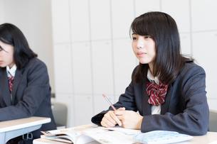 教室で授業を受ける女子高校生の写真素材 [FYI01220755]