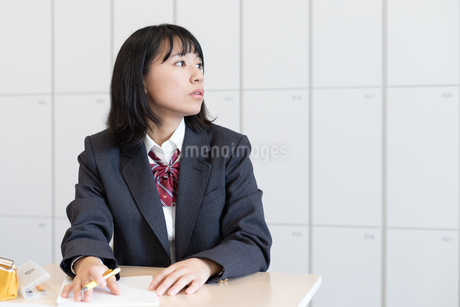 教室で授業を受ける女子高校生の写真素材 [FYI01220756]