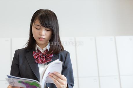 教科書を読む女子高校生の写真素材 [FYI01220757]