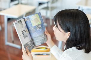 教科書を読む女子高校生の写真素材 [FYI01220758]