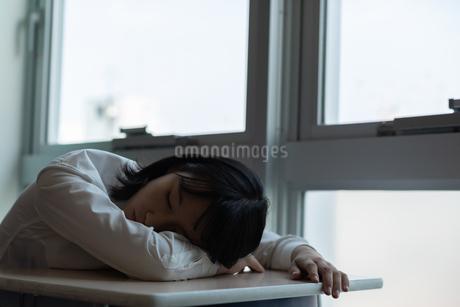 教室で居眠りをする女子高校生の写真素材 [FYI01220759]