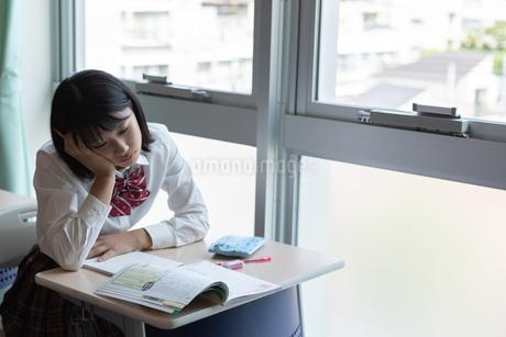 教室で勉強する女子高校生の写真素材 [FYI01220761]