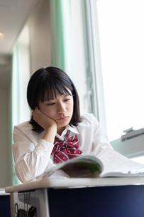 教室で勉強する女子高校生の写真素材 [FYI01220763]