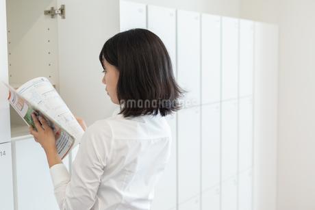 教科書を読む女子高校生の写真素材 [FYI01220765]