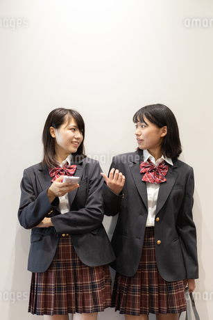 会話する2人の女子高校生の写真素材 [FYI01220771]