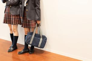 2人の女子高校生の写真素材 [FYI01220772]