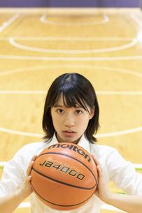 バスケットボールを持つ女子高校生の写真素材 [FYI01220774]