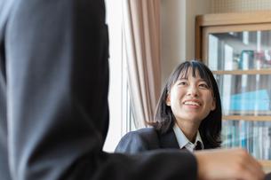 ピアノの前で会話する女子高校生の写真素材 [FYI01220776]