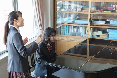 ピアノを演奏する女子高校生の写真素材 [FYI01220778]